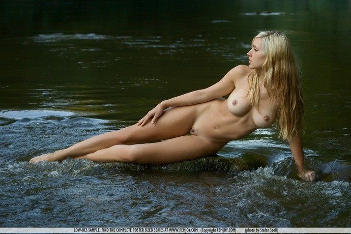 голые девушки в воде фото